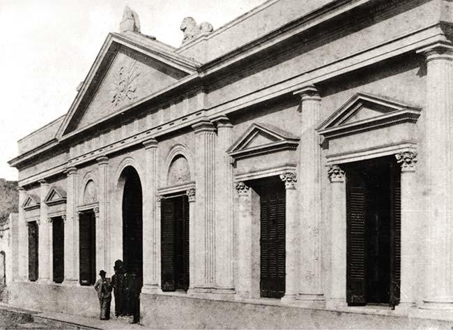 Frente que reemplazó al de la casa colonial en 1875, cuando gran parte de ella fue demolida (sin afectar el salón de la jura) y en el predio se instaló el Correo. La foto data de alrededor de 1885