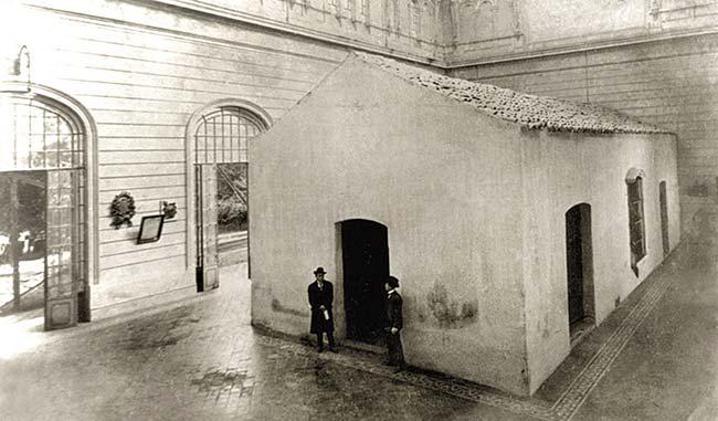 Exterior del salón de la jura hacia 1910, cuando era lo único que se conservaba de la casa original y lo protegía un edificio conocido por el templete, dentro del cual se tomó esta fotografía.