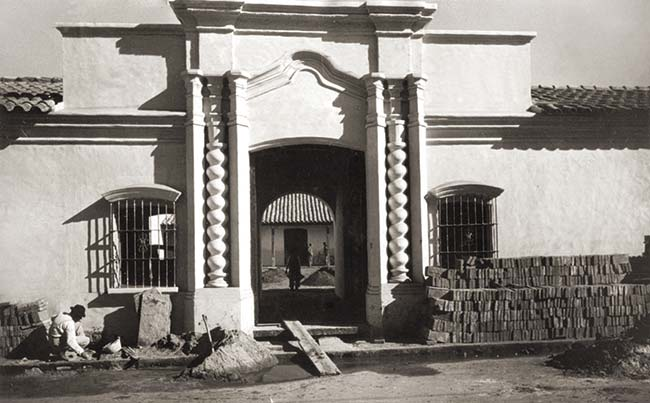 La casa de la independencia en plena labor de retrotraerla a su apariencia colonial, 1943.