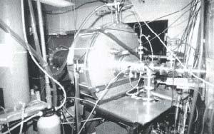 Fig 3 Vista del equipo utilizado por el grupo de investigaciones de la Colorado State University. Se aprecia el cilindro, esquematizado en la figura 4 que contiene al capacitor, así como el tubo de vacío a la salida del capilar donde ocurre la descarga, por el que viaja el haz láser de rayos X.