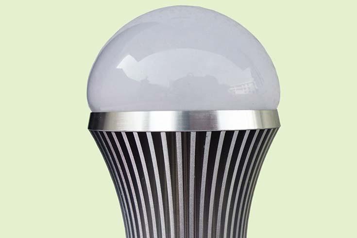 Lámpara led (diodo emisor de luz), cuya vida útil y eficiencia energética son considerablemente mayores que las de las usuales lámparas fluorescentes compactas, pero también es sensiblemente más alto su costo inicial.