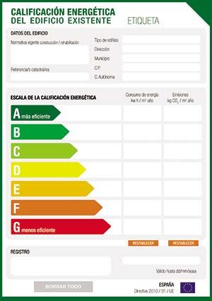 Figura 3. Etiqueta que sigue las normas de la Unión Europea (versión usada en España) para calificar la eficiencia energética de una vivienda. Requiere que se indique en forma explícita el consumo energético expresado en unidades de energía (kWh) por m2 cubierto y por año, así como las emisiones de efecto invernadero, expresadas en kg de CO2 por m2 y por año. En la Argentina, la norma IRAM 11.900 se ajusta a los mismos lineamientos.