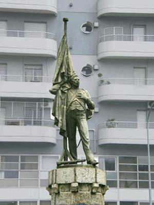 Antonio Ruiz, el 'negro Falucho', supuesto héroe del ejército de los Andes que habría terminado fusilado en Lima. Obra de Lucio Correa Morales, 1923. Estuvo en Florida y Charcas y ahora se emplazó en la avenida Luis María Campos frente a los cuarteles.