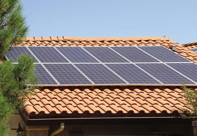 Paneles solares fotovoltaicos instalados en el techo de una vivienda.