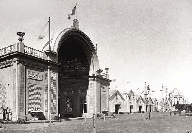 Pabellón de Francia. Estaba ubicado sobre el costado izquierdo de la explanada de ingreso, próximo al portal de entrada. Al fondo aparece el pabellón de Alemania.