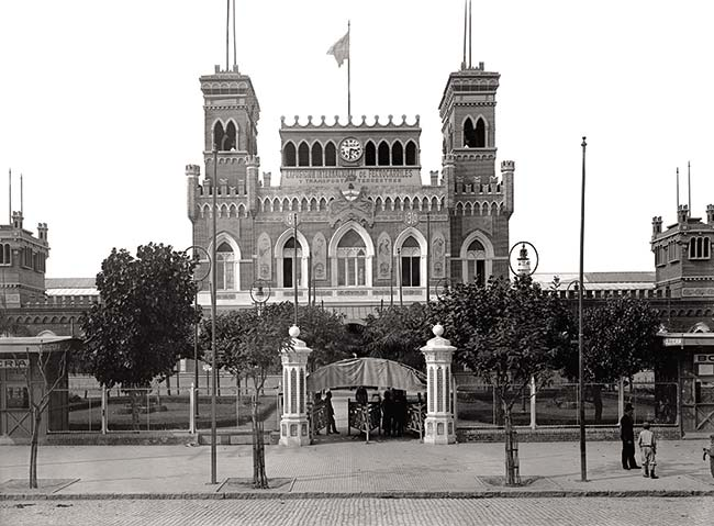 Entrada de la exposición desde la avenida Santa Fe, por el edificio que lleva la bandera en la fotografía anterior.