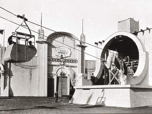 Estación cercana a la entrada principal del pequeño cablecarril instalado en la muestra. Partía del lado derecho de la explanada de ingreso, frente a uno de los pabellones británicos, como indica el cartel sobre la puerta.