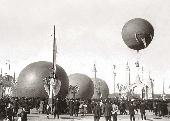 Globos aerostáticos en la explanada de ingreso con los que Jorge Newbery hacía ascensiones de demostración con concurrentes. Foto Caras y Caretas