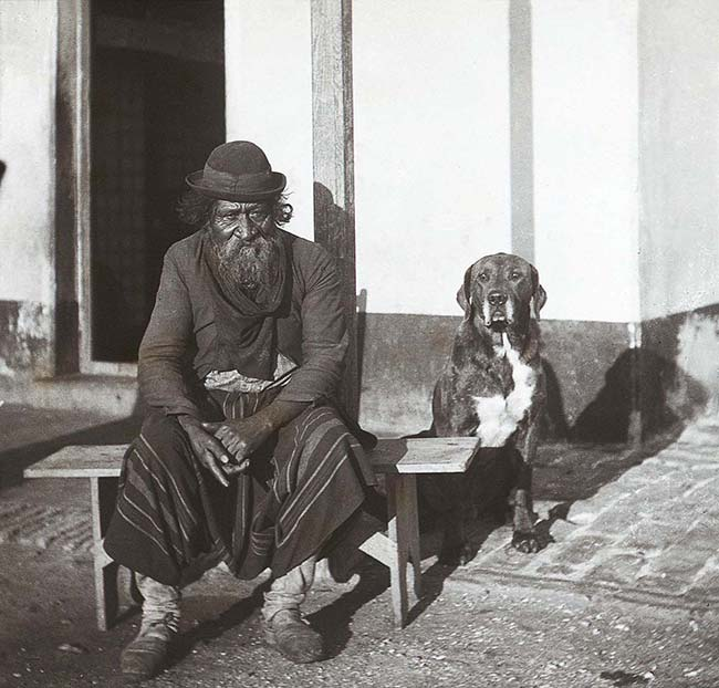 Fotógrafo no identificado (SFAdeA), Gaucho y perro, ca. 1895. Archivo General de la Nación