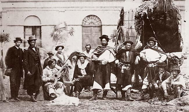 Fotógrafo desconocido, Gauchos (costumi del campo), ca. 1866. Álbum Vedute di Buenos Aires, colección Ediciones de la Antorcha.