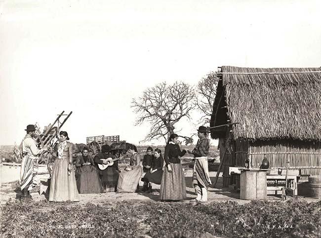 Francisco Ayerza (SFAdeA), El Gato. Baile, ca. 1890. Colección Christian Favier Dubois  Adviértase que estas dos fotos, lo mismo que la superior de la página 27 y la inferior de la página 28, fueron tomadas en el mismo lugar, aunque no todas en el mismo momento.