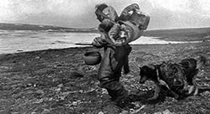 Esquimal o iniut acompañado por un perro, norte de Canadá, 1915. Foto KG Chipman, Biblioteca del Congreso de los Estados Unidos.