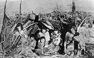 Familia con perros, Tierra del Fuego, ca. 1900. Archivo de la Asociación de Investigaciones Antropológicas, Buenos Aires.