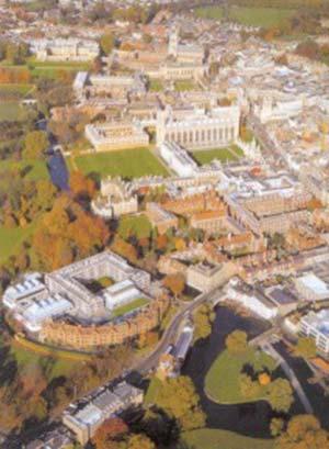 Vista aérea de la ciudad en la actualidad. El río (que en el grabado corre horizontalmente) aquí va desde ángulo inferior derecho al superior izquierdo. Adviértase que, a excepción de la aparición de varios edificios nuevos, prácticamente no ha habido cambios en cuanto a la disposición de los colleges.