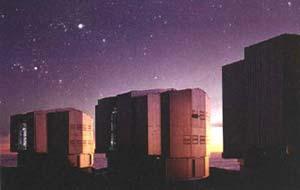 Tres de los cuatro edificios que albergan a los telescopios del VLT (VerV Large Telescope> que un consorcio de universidades europeas opera en el Cerro Paranal, Chile. Foto: © ESO, European Southern Observatory.