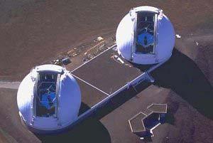 Vista aérea de los telescopios Keck de 10m de diámetro. Los espejos hexagonales son claramente visibles reflejando el azul del cielo. Foto: © R. Wainscoat y W.M. Keck Observatory.