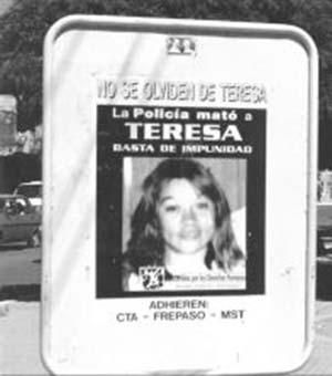 """Figura 1. Cartel en una avenida central de Cutral-Có, Neuquén, dos años después de la muerte de Teresa Rodríguez. Cuatro años después, en abril de 2001, el slogan """"No se olviden de Teresa"""" tuvo repercusión nacional"""