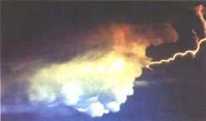 Fig 11. Los relámpagos positivos de la nube hacia el suelo son considerados más destructivos que los negativos.