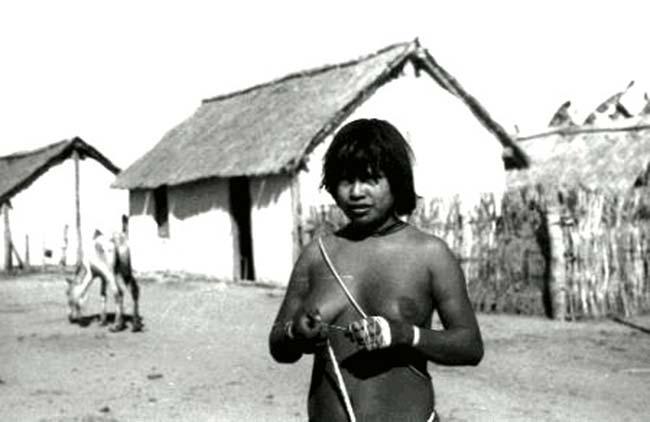 Mujer nambiquara hilando en la misión juruena.