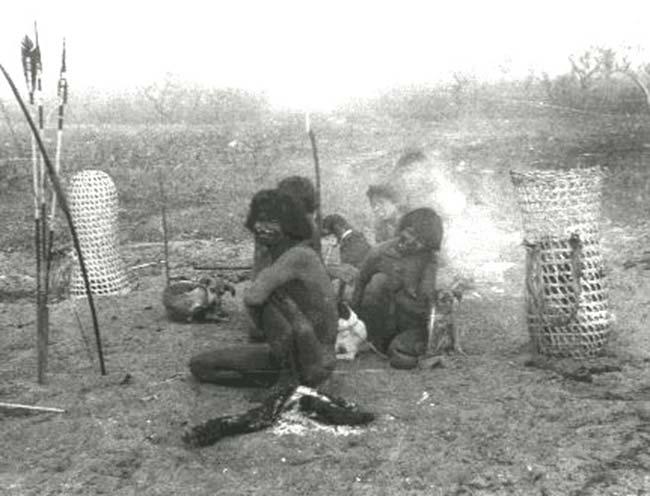 Campamento provisorio nambiquara durante una escursión de caza.